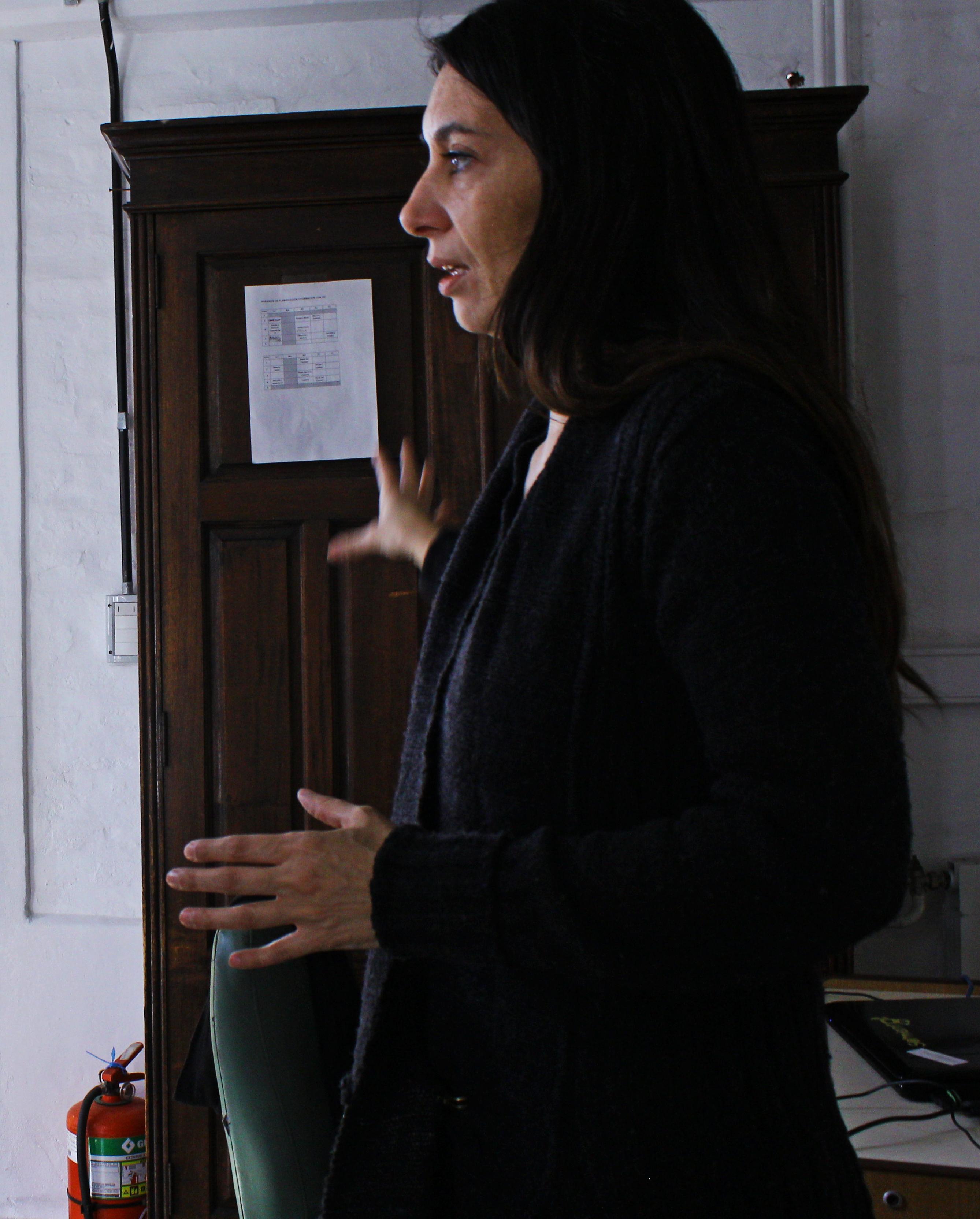 """Beatriz Battaglino, facilitadora pedagógica digital explica como funciona a aplicação dos netbooks no dia-a-dia escolar: """"É um momento de transição, uma adaptação que levará anos."""""""