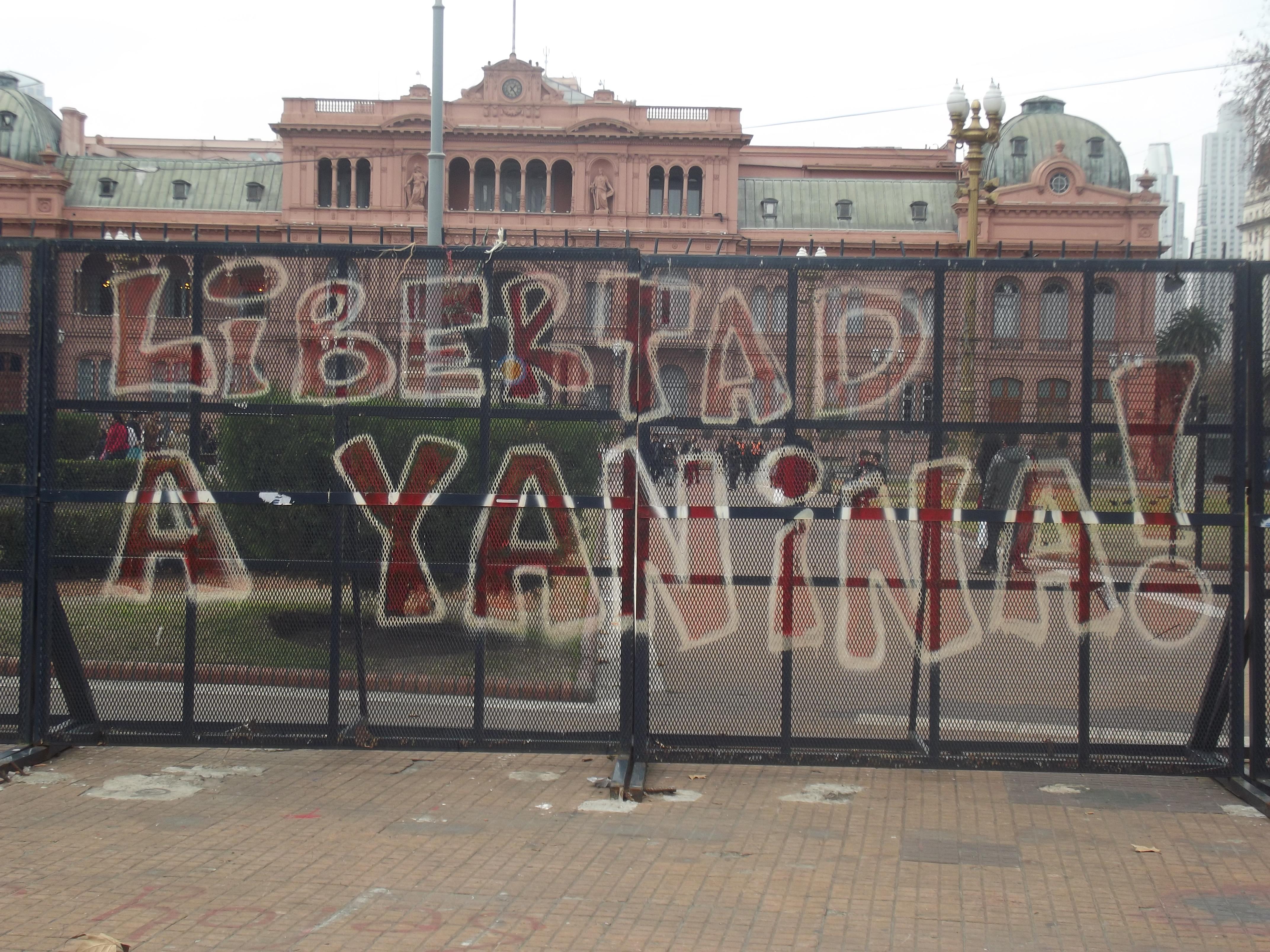 Cerco foi colocado por tempo indeterminado em frente à Casa Rosada pelas intensas ondas de protestos. Foto: Mariana Gonzalez