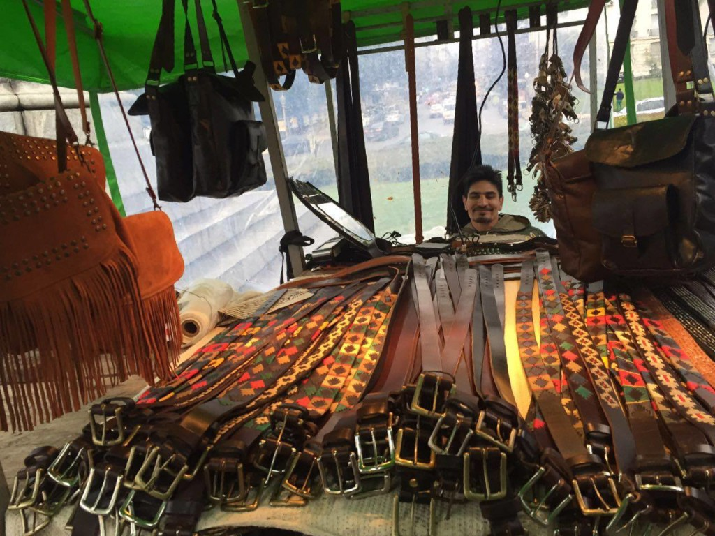 A Argentina è considerada o país dos couros e na feira Plaza Francia o material é fácil de ser encontrado. Foto por: Taísa Luna