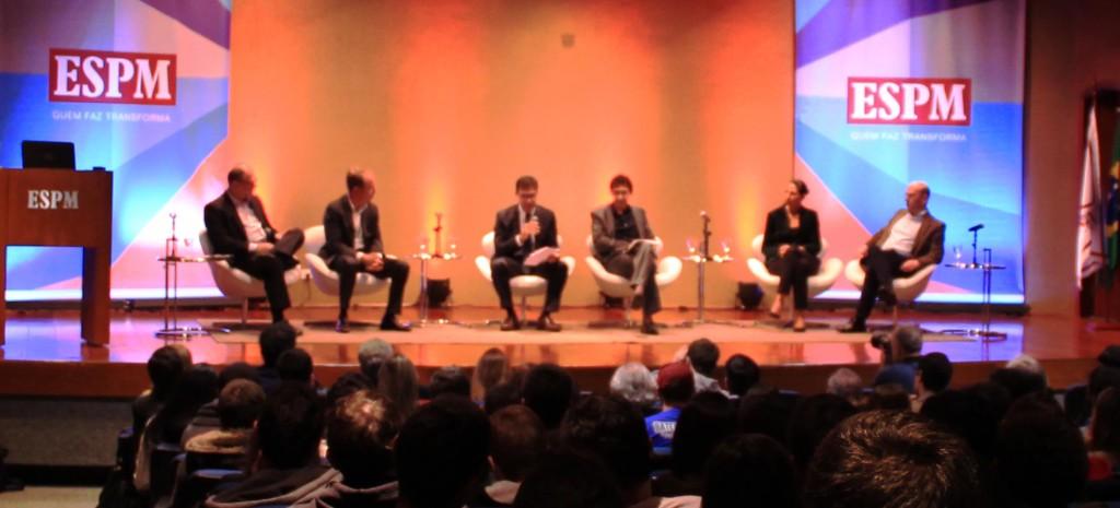 Correspondentes internacionais palestrando sobre a carreira na faculdade ESPM