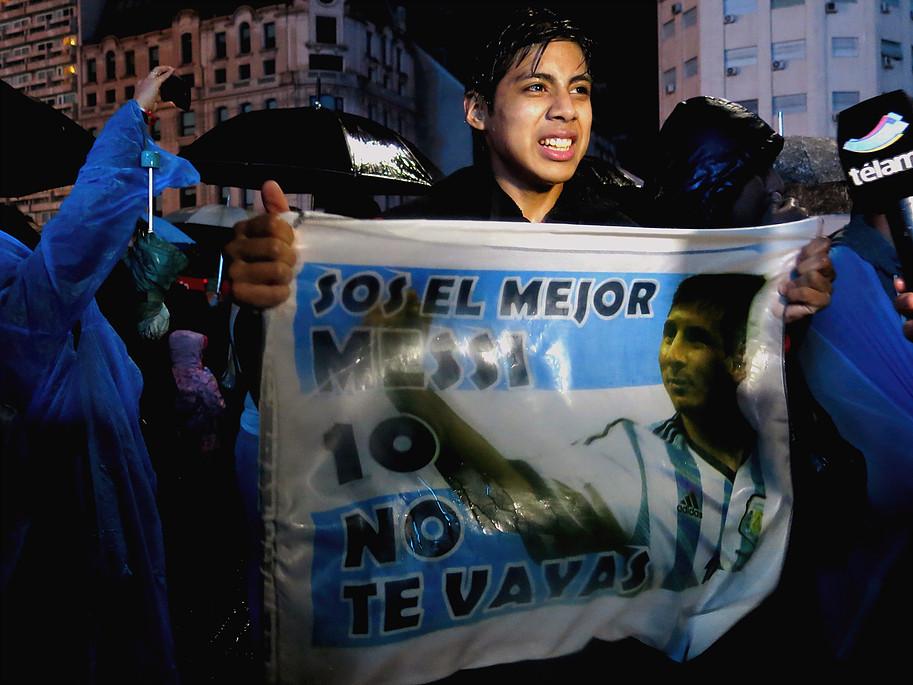 Flashes de TV registraram a comoção dos argentinos. Foto por: Sara Abdo