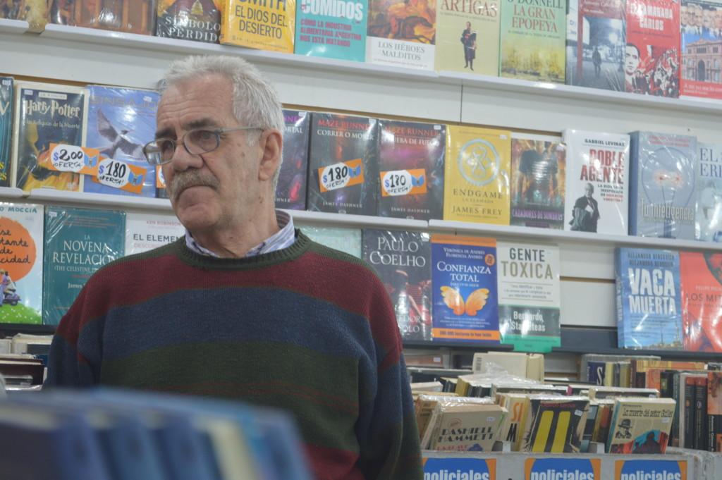 Alejandro Marcos sempre recebe turistas que buscam livros com preços mais atrativos. Foto por: Fernanda Miranda