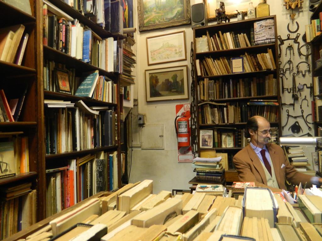 Luis Figueroa é dono de um antiquário, lugar preferido dos colecionadores de livros. Foto por: Taísa Luna
