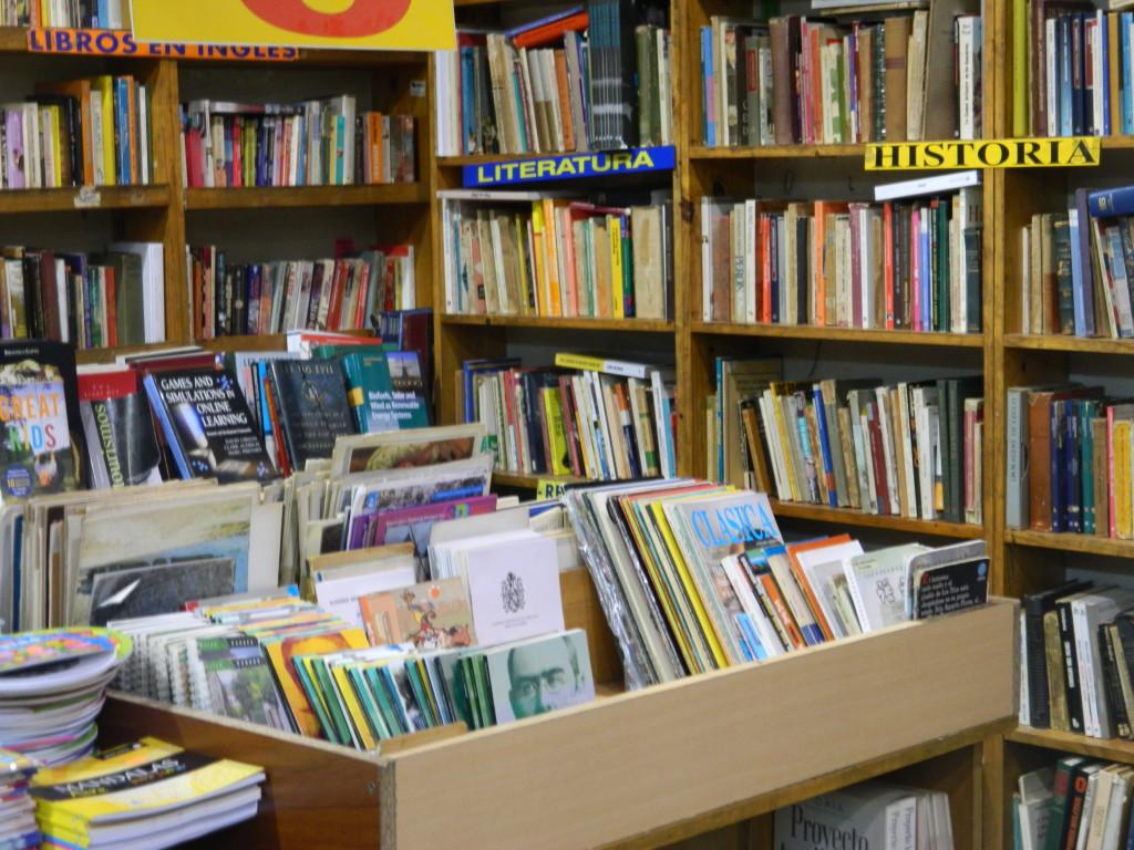 Os antiquários possuem livros que as livrarias de saldo não comercializam. Foto por: Taísa Luna