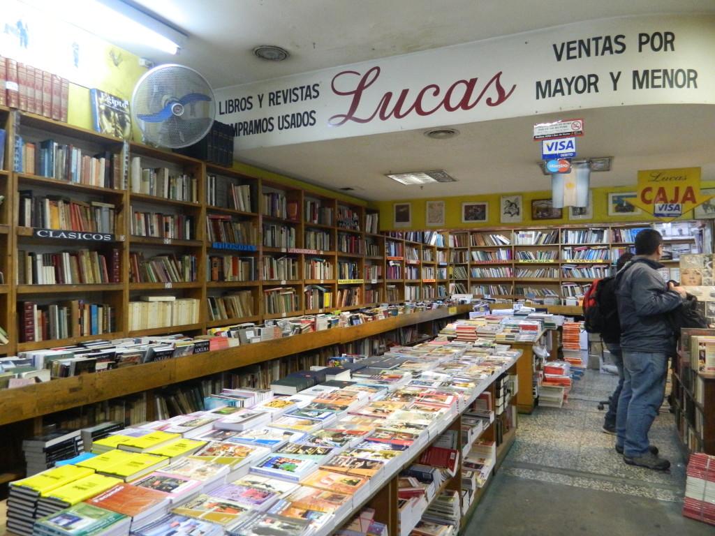 Próxima ao Obelisco, importante ponto da cidade, a Livraria Lucas é uma das favoritas do público que passeia pela Avenida Corrientes. Foto por: Beatriz de Deus