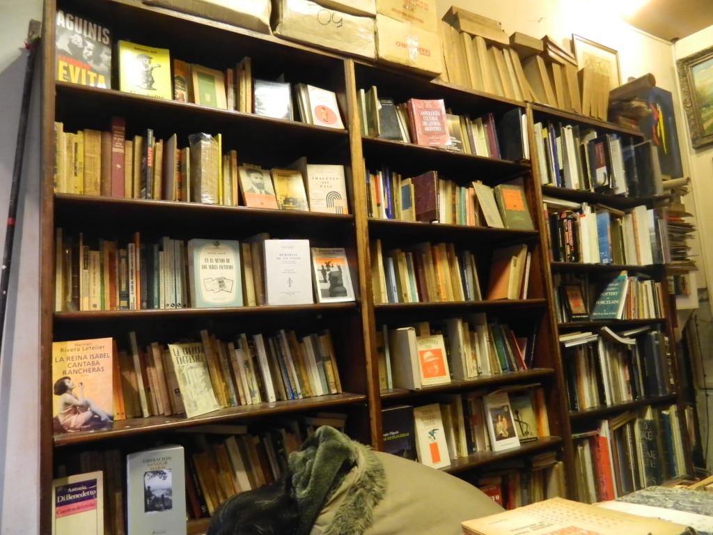 A Livraria Lucas possui um grande números de livros com preço de saldo. Foto por: Beatriz de Deus