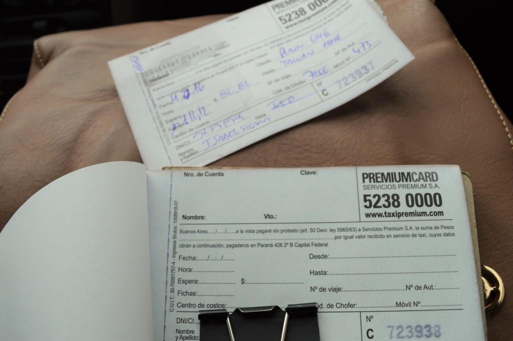 Apesar de possuir cinco cartões de crédito, Pablo Salles não confia de deixar nem mesmo o valor da fatura depositada no banco. Foto por: Angélica Almeida