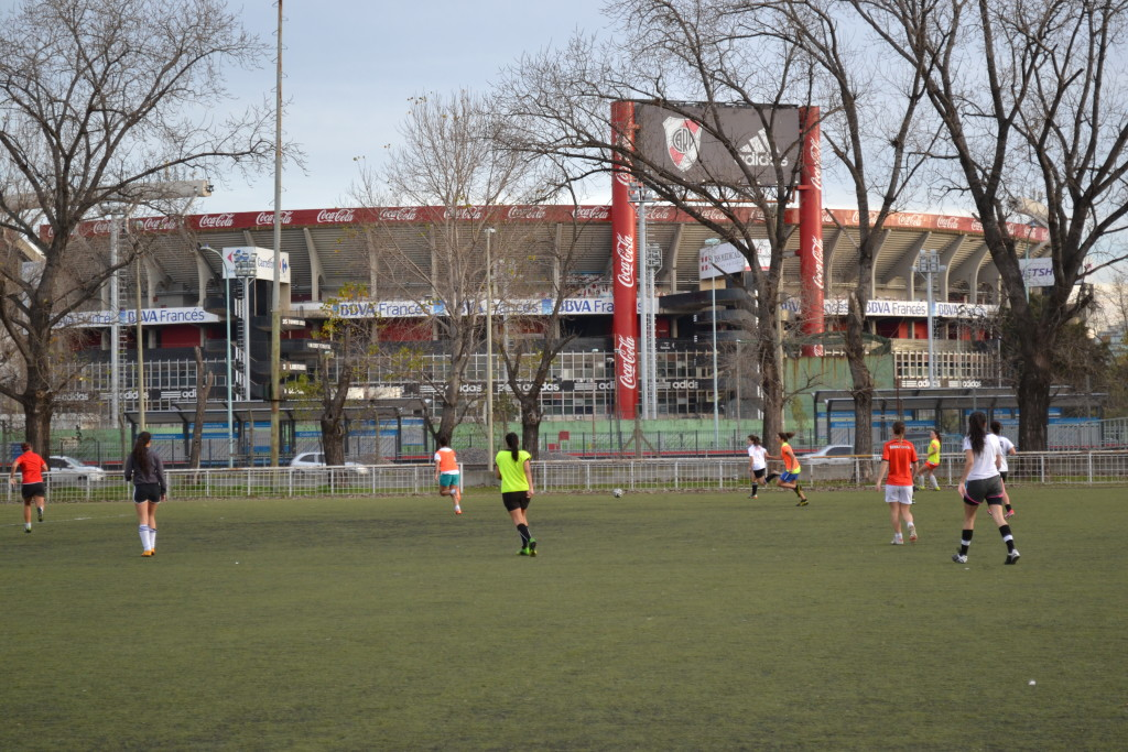 Ao lado do campo onde treinam, fica o estádio do River Plate. Foto por: Larissa Bezerra