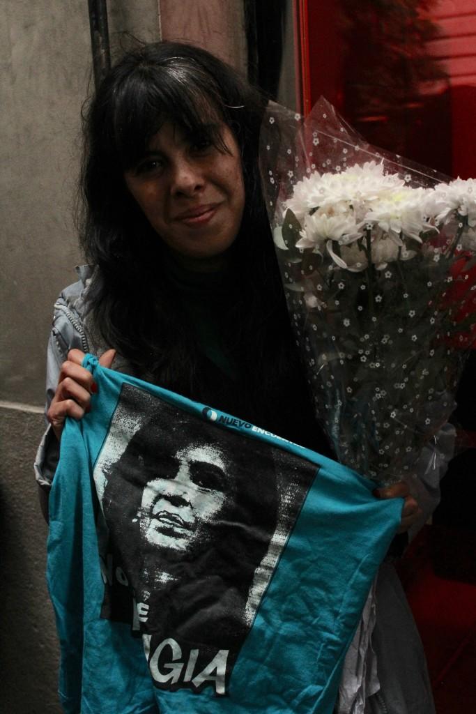 Ariadna exibindo suas homenagens a Cristina. Foto por: Ethel Rudnitzki