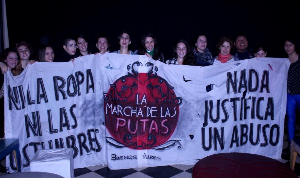 Integrantes do Coletivo Marcha de las putas exibindo seu lema. Foto por: Ethel Rudnitzki