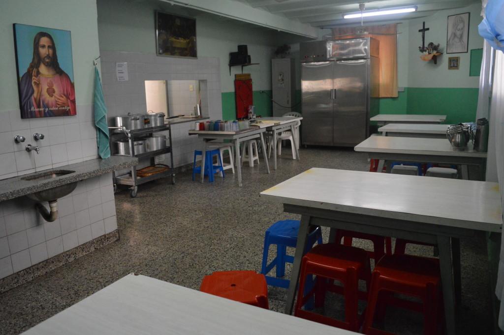 O refeitório San Vicente é pequeno, mas recebe uma média de 100 pessoas diariamente. Foto por: Angélica Almeida