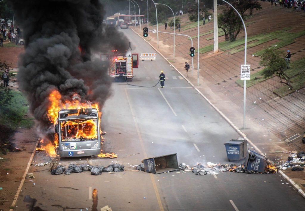 Manifestantes fazem barricadas para conter PM. Ônibus também foi queimado. Foto por: Fábio Bispo