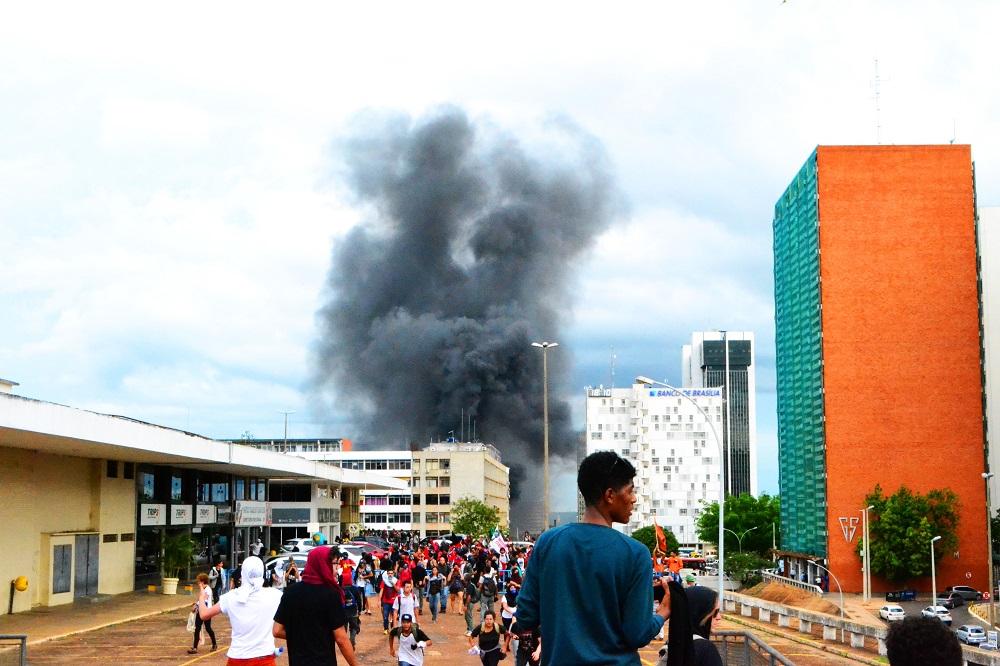 Manifestantes tentam se reagrupar no setor Hoteleiro Sul. Foto por: Pollyana Faria Lopes
