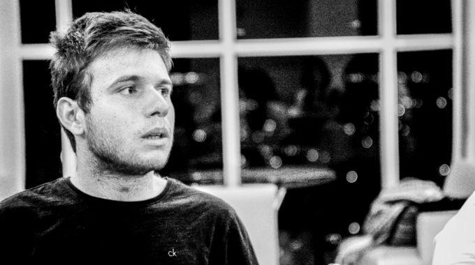 Victor Gomes, 20, é Um Dos Colaboradores Do Site Poder 360