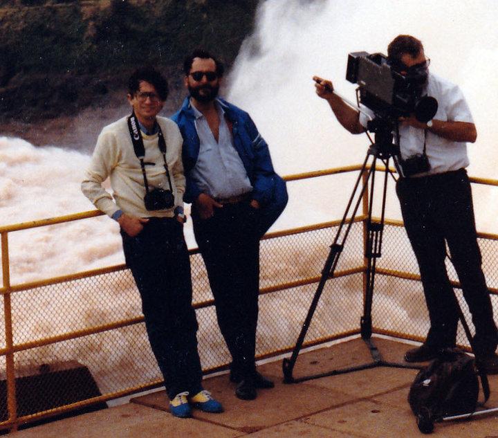 Francisco Figueroa em Itaipú, junto com o correspondente internacional Vicente Botín. Crédito: Acervo Pessoal