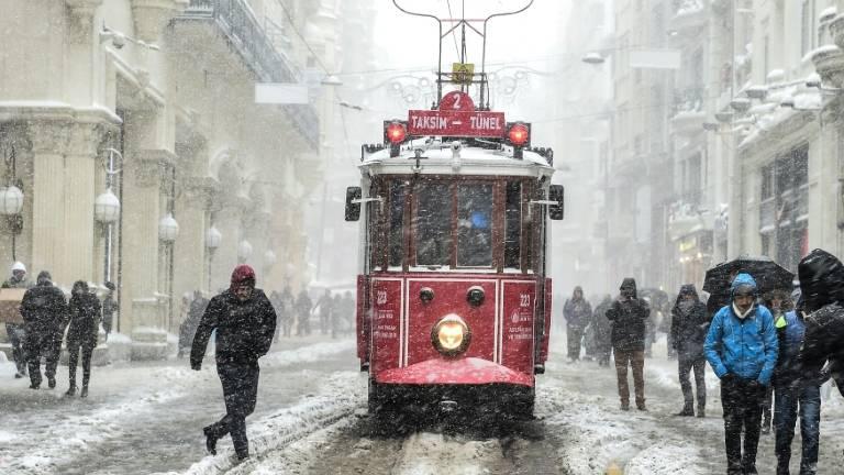 Neve em movimentada avenida de Istambul, na Turquia. (Crédito: Agência France-Press)
