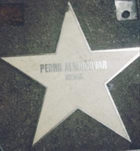 """Detalhe da calçada do Cine Golem, com nomes de cineastas e atores. """"Almodóvar é grande amigo da casa"""", segundo Paco Vazquez. Crédito: Bárbara Garcia"""