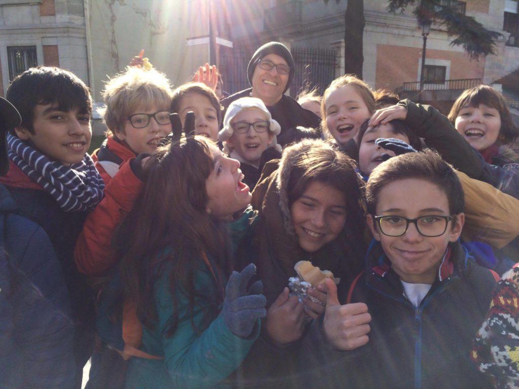 """""""Enrique Toledo e alunos do 6o período do Colégio San Alfonso, em visita ao Museu del Prado, em Madri."""" CRÉDITO: Rafaella Barbosa"""