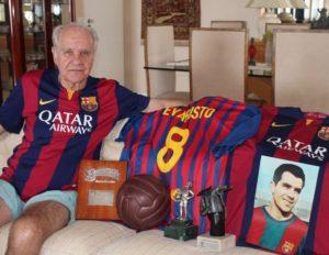 Evaristo de Macedo com algumas recordações da época em que jogou no Barcelona. Crédito: FCBarcelona