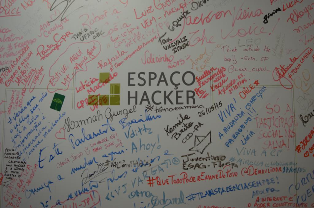 Lousa de recados. O local atrai interessados em participação digital de todo o mundo. Foto por: Tiago Aguiar
