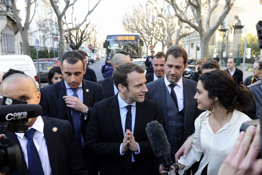 Al centro Emmanuel Macron, candidato presidencial galo quien, según el líder de su partido, ha sido blanco de noticias falsas por parte de medios rusos. Foto por: Franck Pennant/Agence France-Presse